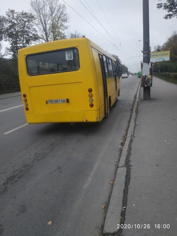 """""""Курить в салоні, кричить матом та обзиває пасажирів"""": у Тернополі жінка скаржиться на водія маршрутки"""