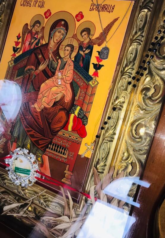 На Тернопільщини у храмі ікона Божої Матері заплакала, як жінка: кадри дива (ФОТО)