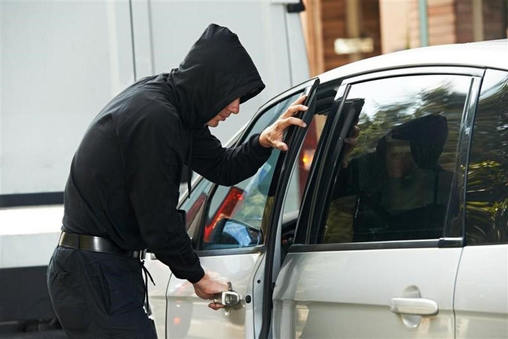 У Тернополі львів'янин обікрав автомобіль жінки