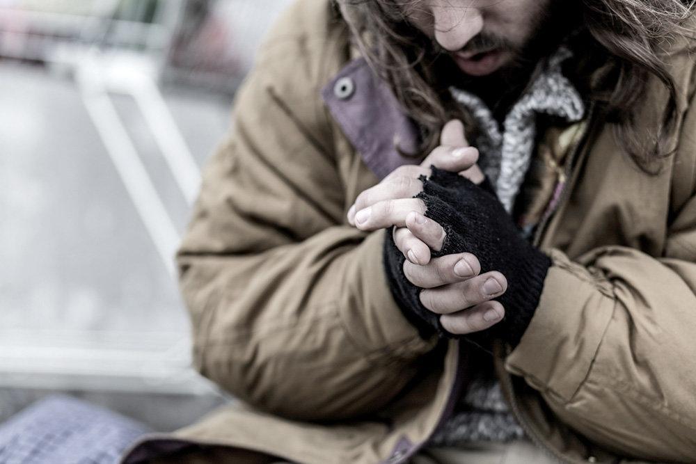 До непритомного безхатька у Тернополі виїхала швидка, а він відмовився від госпіталізації