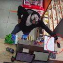 Підійшов, непомітно викрав і пішов: у Тернополі розшукують злодія (ВІДЕО)