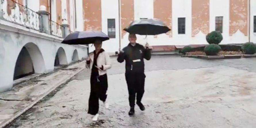 З парасольками під дощем відзняли кліп: на Тернопільщині студенти привітали викладачів зі святом (ВІДЕО)
