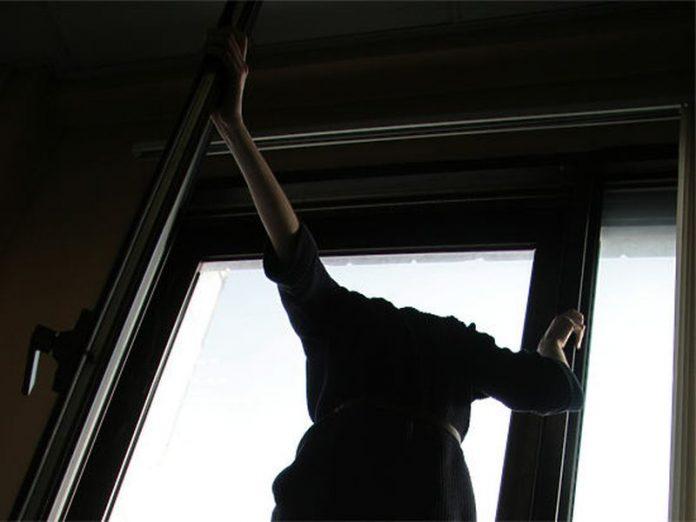 У Тернополі медики вмовили чоловіка не стрибати із вікна