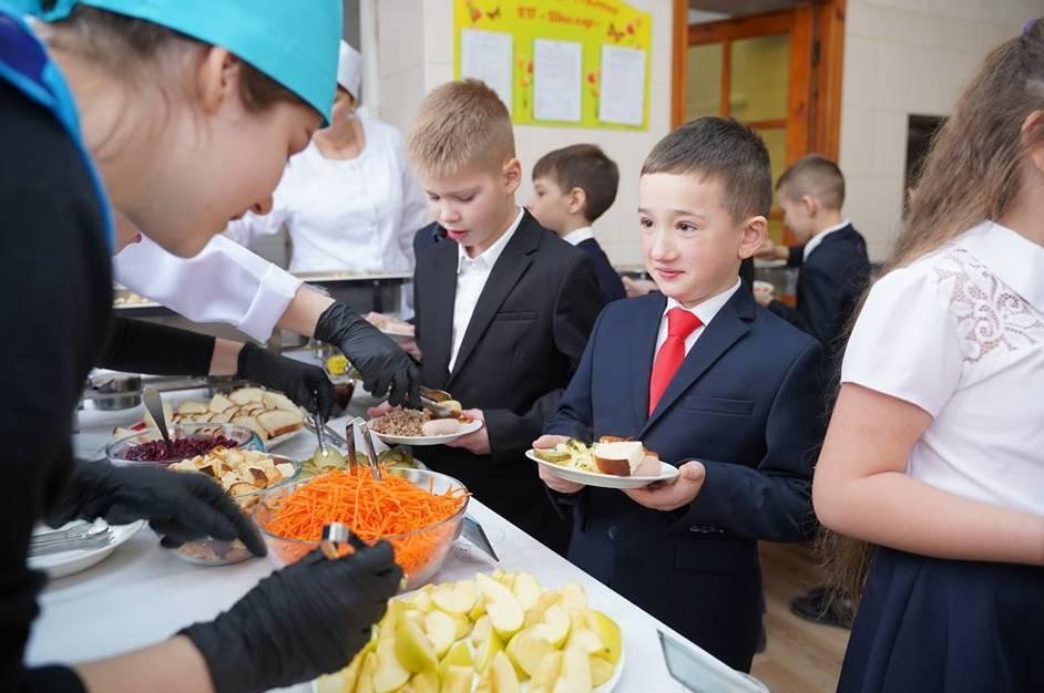 """""""Без ковбас, сосисок та заморожених напівфабрикатів"""": як і чим кормитимуть дітей у школах і садках"""