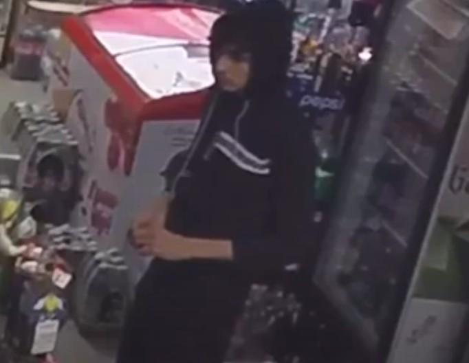 У Тернополі розшукують чоловіка, який може бути причетний до крадіжки грошей з магазину (ВІДЕО)