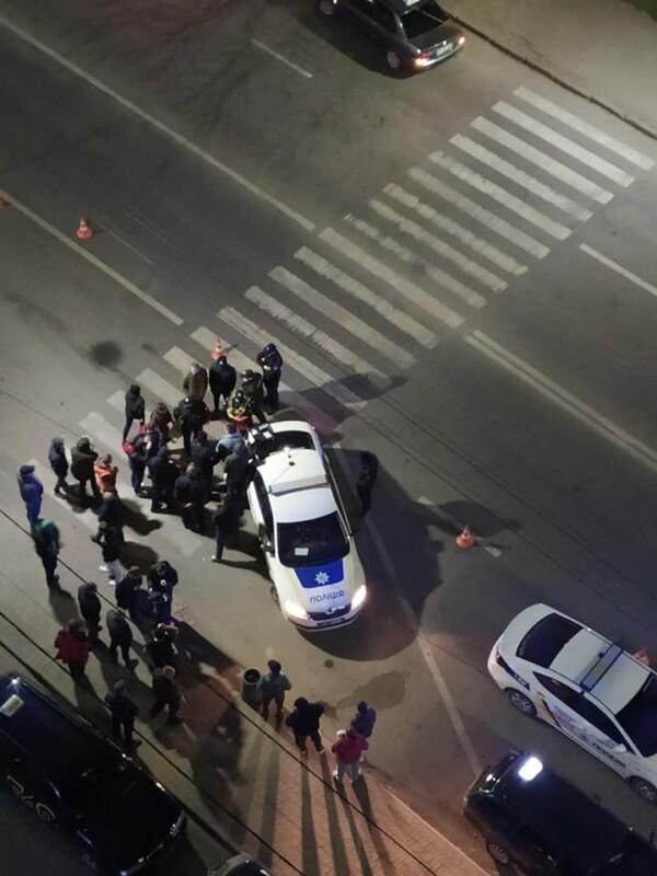 Патрульні, швидка та біля 30 автомобілів таксі: що трапилося у Тернополі біля ринку? (ФОТО)