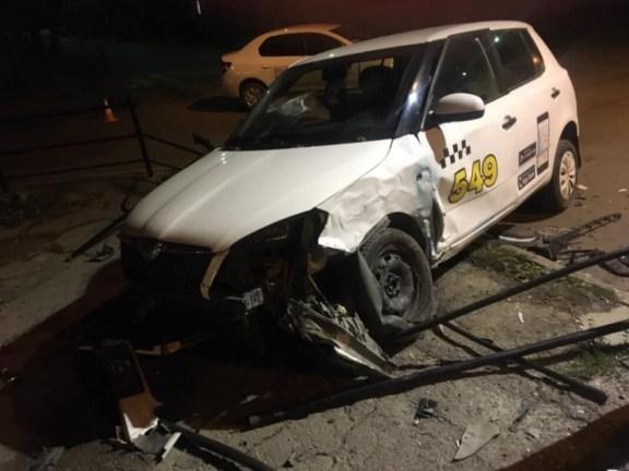 У Тернополі водій таксі зніс паркан (ФОТО)