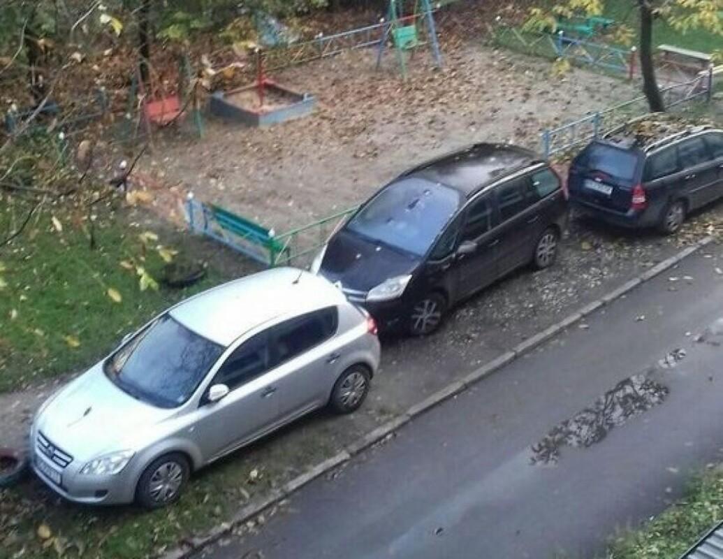 """""""Це зелена зона, а не місце для парковки"""", – у Тернополі в дворі газон перетворили на стоянку (ФОТО)"""
