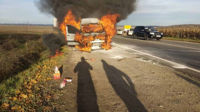 Біля Тернополя вогонь за декілька хвилин знищив автомобіль (ФОТО)