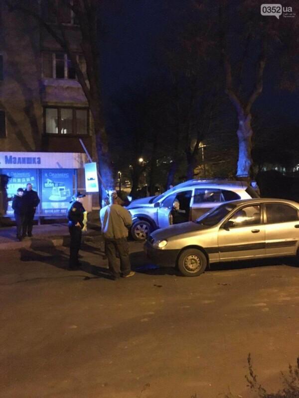 ДТП  у Тернополі: водій виїхав на тротуар та ледь не врізався у зупинку (ФОТО)