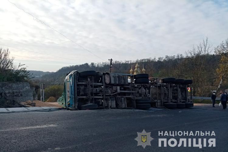 Аварія на Тернопільщині: перекинулася фура з зерном (ФОТО)