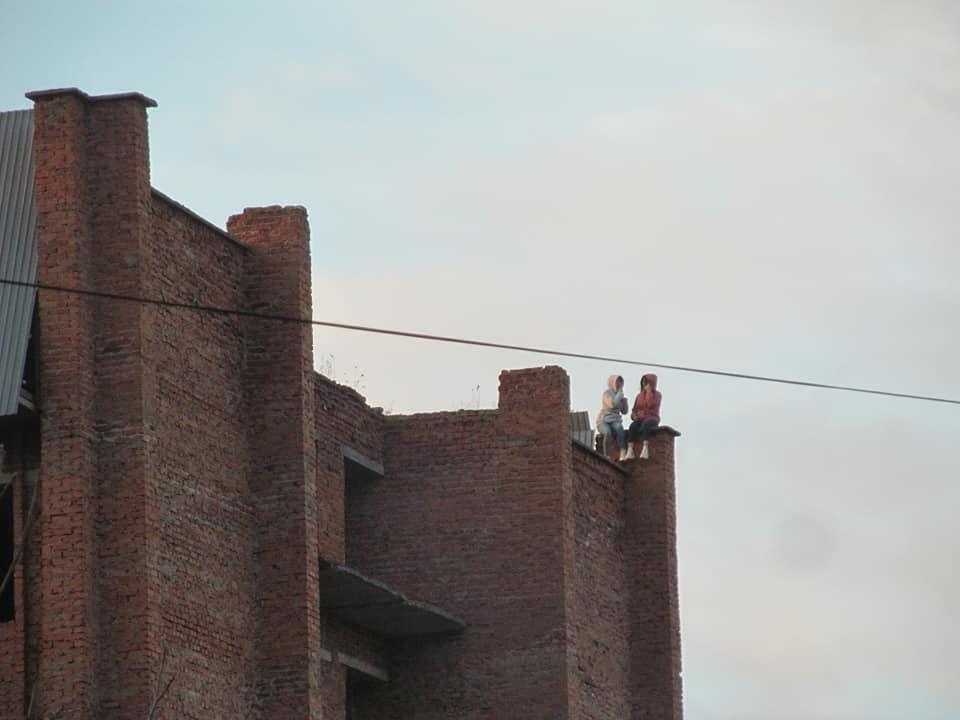 """""""Не дай Бог трішки відхилиться і все"""": на Тернопільщині дівчата вилізли на високу будову (ФОТО)"""