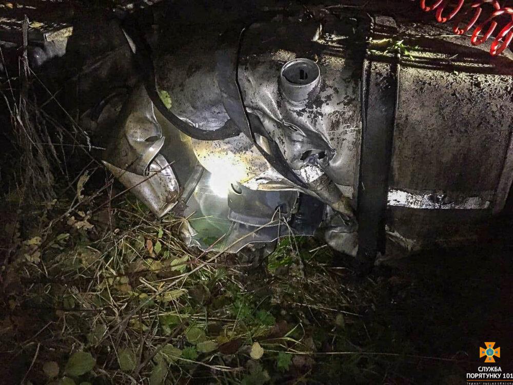 """ДТП на Тернопільщині: водій на """"Шкоді"""" влетів під вантажівку і пробив бак з пальним (ФОТО)"""