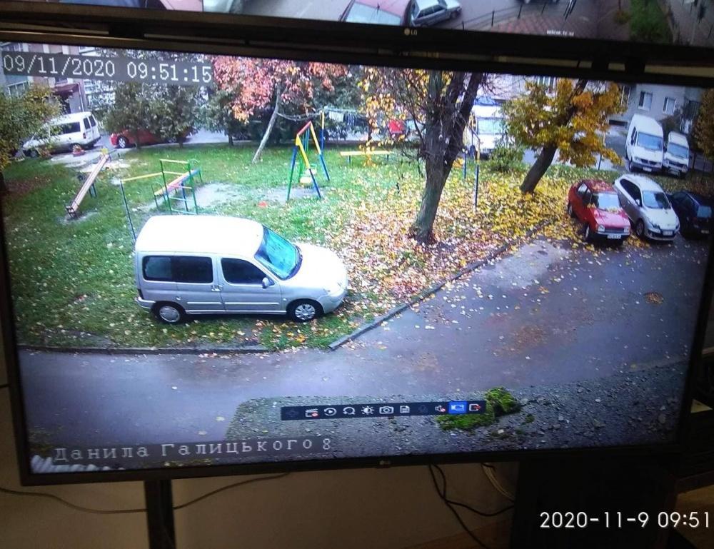 У Тернополі водій припаркував авто на дитячому майданчику. Що йому за це зробили? (ФОТО)