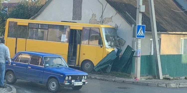 ДТП у Чорткові: маршрутка знесла огорожу та в'їхала у будинок (ВІДЕО)