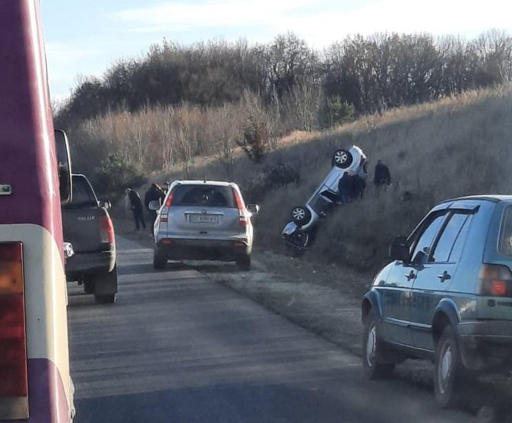 Аварія біля Тернополя: автомобіль перекинувся, лікарі боряться за життя дітей (ФОТО)
