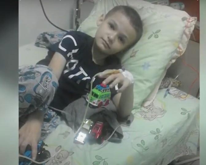 Не будьте байдужі, підтримайте маленького хлопчика, який проходить перший курс хіміотерапії