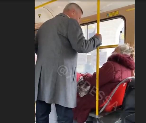 """""""Уїжджай до Львова або Тернополя, ти мене доведеш п*дло"""": в Одесі пасажири налетіли на жінку через українську мову"""