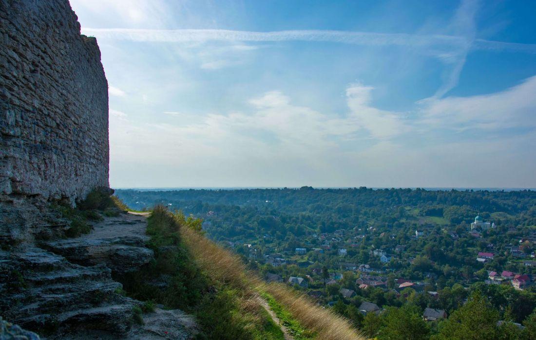 На Тернопільщині чоловік впав з високого муру, коли фотографував краєвиди