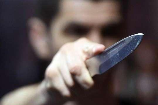 Розбійний напад на Тернопільщині: 21-річний хлопець напав з ножем на сусіда