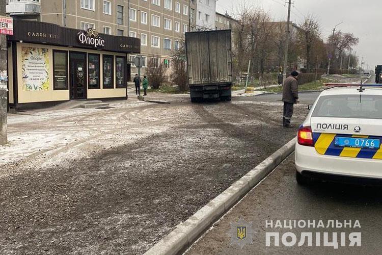 """""""Травма грудної клітки та переломи ребер"""": на Тернопільщині вантажівка збила жінку (ФОТО)"""