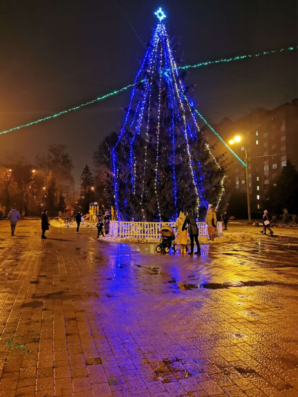 У Тернополі штормовий вітер повалив на майдані новорічну ялинку (ФОТО, ВІДЕО)