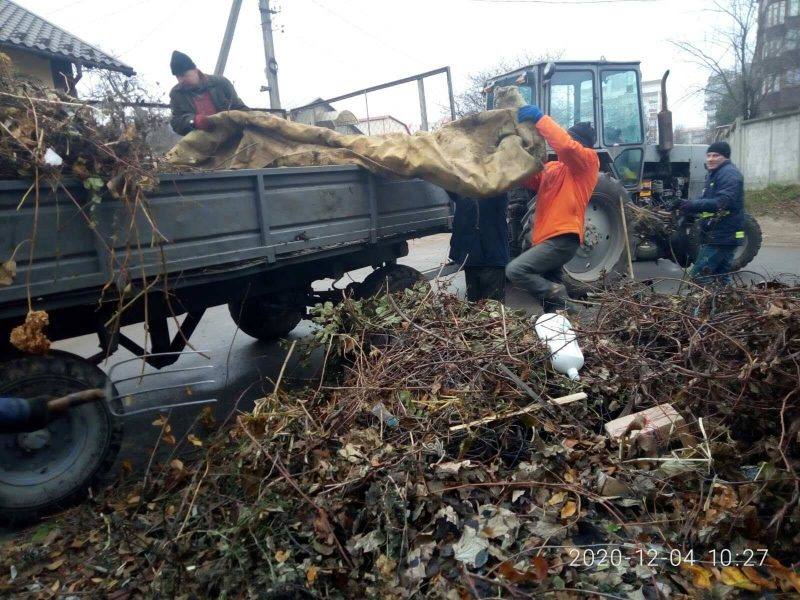 У Тернополі люди утворили стихійні звалища: викинули серед вулиці чотири причепи сміття (ФОТО)