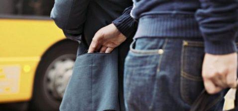 У Тернополі на вулиці злочинець непомітно обікрав підлітка
