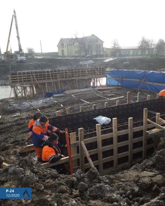 Міст у Лисівцях: робота кипить, не зважаючи на погоду і пору року