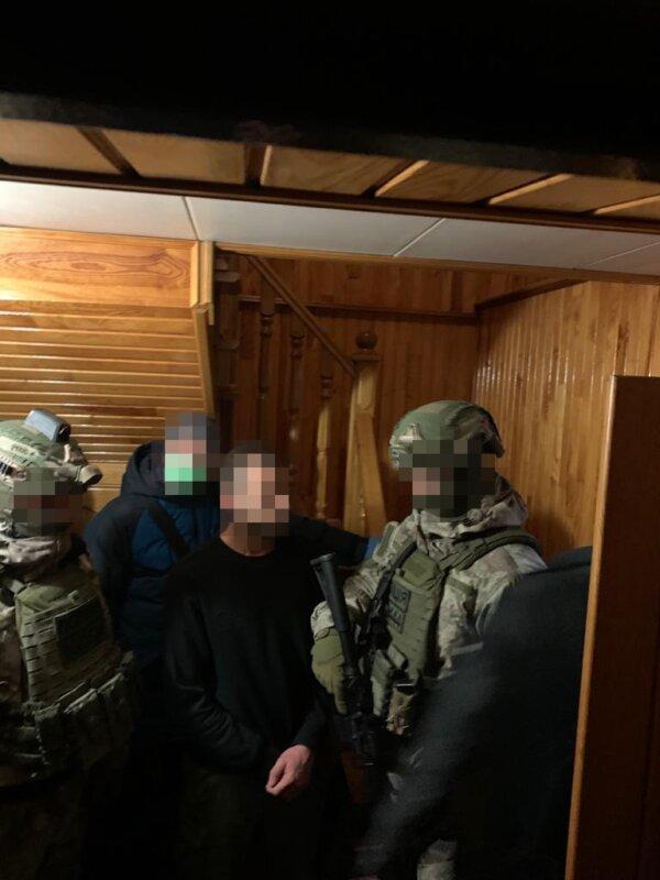 Тернополянин розрахувався на АЗС тисячею фальшивих доларів (ФОТО)