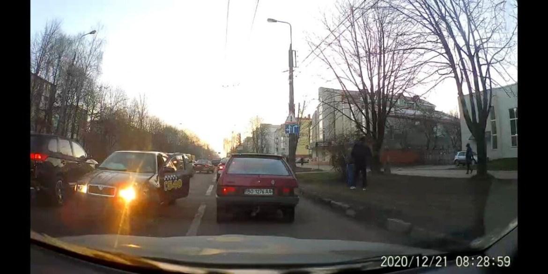"""""""Вистрілили подушки безпеки"""": у Тернополі зіткнулися """"Форд"""" і """"Шкода"""" (ФОТО)"""