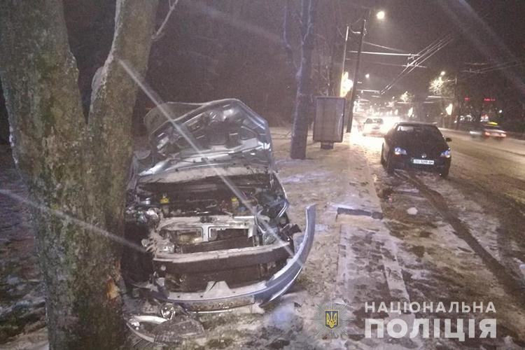 На дамбі зіткнулися автівки: легківку викинуло на узбіччя і вона врізалася ще й в дерево (ФОТО)