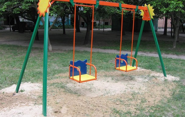 У Тернополі гойдалка серйозно травмувала дитину