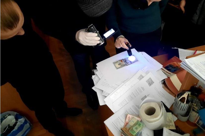 700 доларів за реєстрацію декларації: на Тернопіллі керівника ДАБІ затримали за хабар