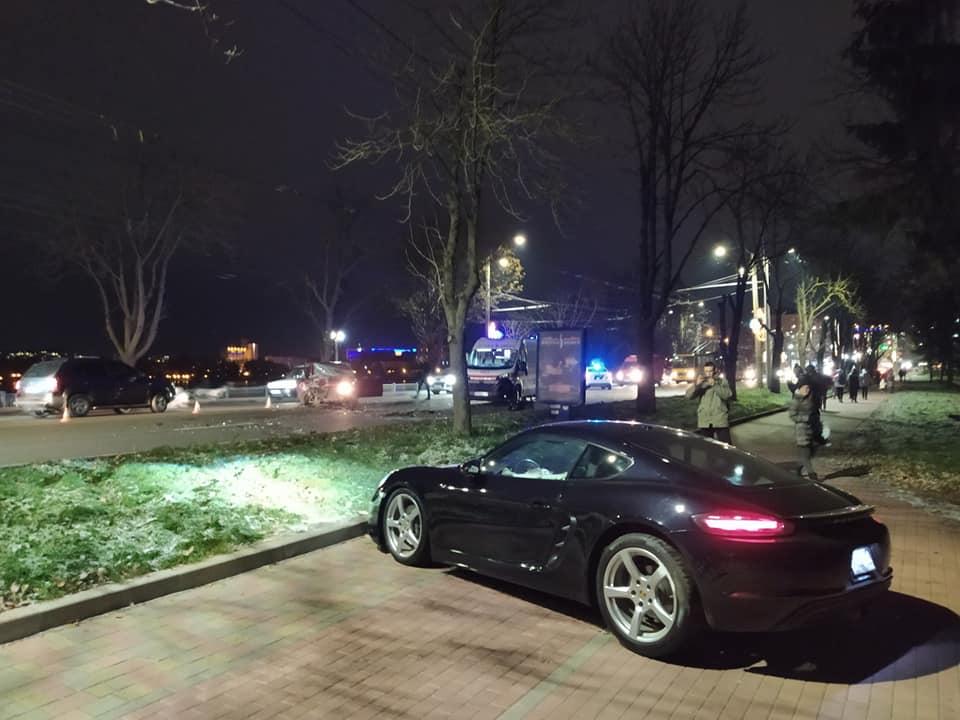"""У Тернополі молодий водій не впорався з керування і розтрощив дорогий """"Порш"""" (ФОТО)"""
