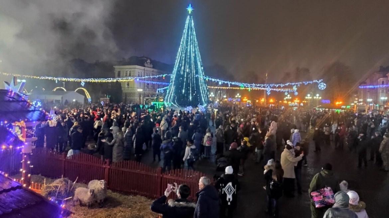 У центрі Тернополя засяяла головна красуня міста (ФОТОРЕПОРТАЖ)