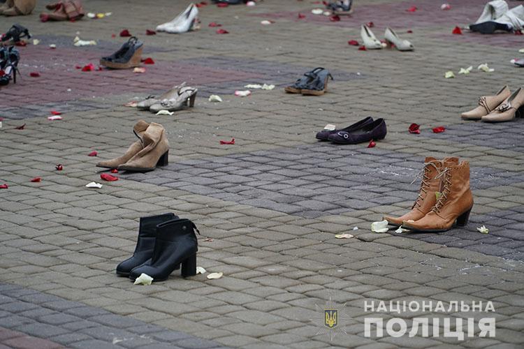 Для чого на Театральному майдані розклали десятки пар взуття?