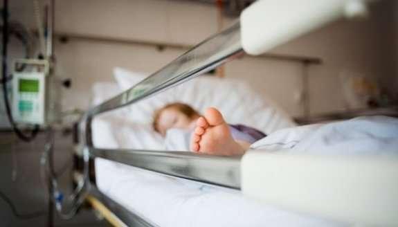 З'їла щурячу отруту і облилася кислотою: маленька дівчинка страждає через недолугих батьків