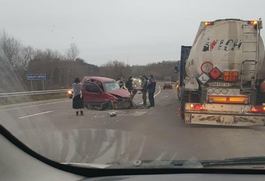 Автомобілі розтрощені, люди загинули: біля Тернополя масштабне зіткнення автомобілів (ФОТО)