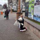 У Тернополі поліцейські притягнули до відповідальності жінку, яка жебракувала з дитиною на руках