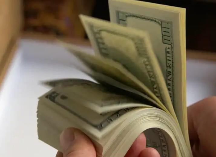 У тернополянина на митниці забрали понад 70 тисяч доларів