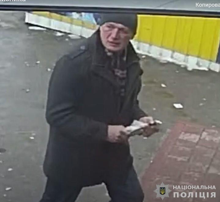 У Тернополі є чоловік, який забирає у водіїв рейсових автобусів чужі передачі (ВІДЕО)