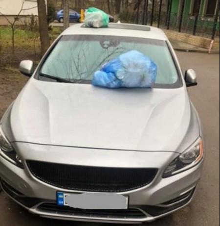 """У Тернополі працівники сміттєзбиральної фірми залишили """"подарунок"""" водію, який перекриває проїзд"""