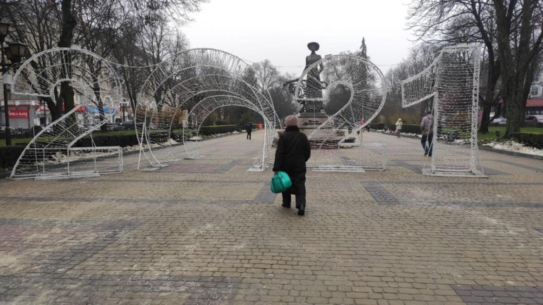 """""""Снігу і видовищ"""": як виглядає центр Тернополя перед відкриттям головної ялинки (Фоторепортаж)"""