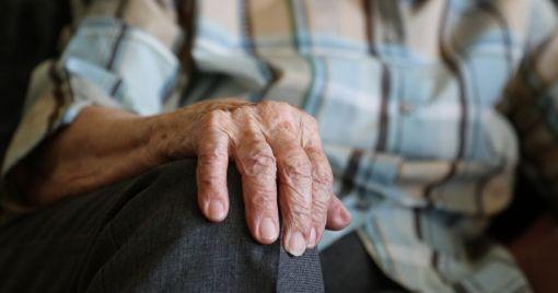 """""""Лежав біля зупинки"""": у Тернополі рятували пенсіонера"""