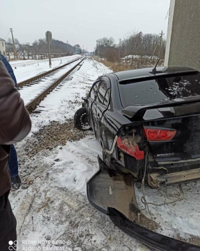 Автомобіль потрощений: на залізничному переїзді на Тернопільщині сталася аварія (ФОТО)
