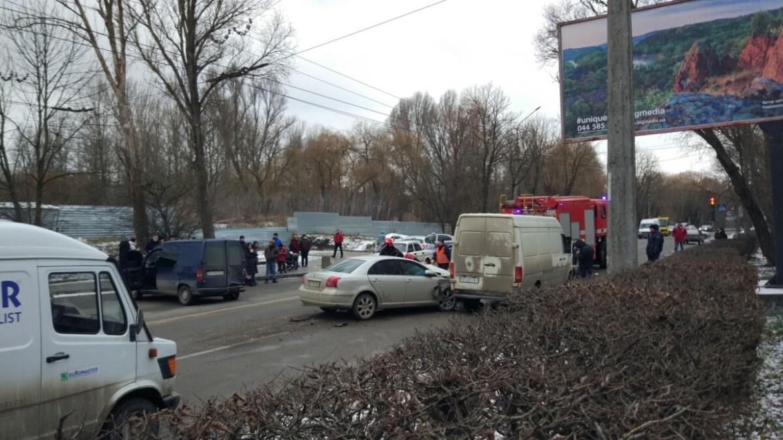 Потрійна аварія у Тернополі: автівки розтрощені, рух заблокований (ФОТО)