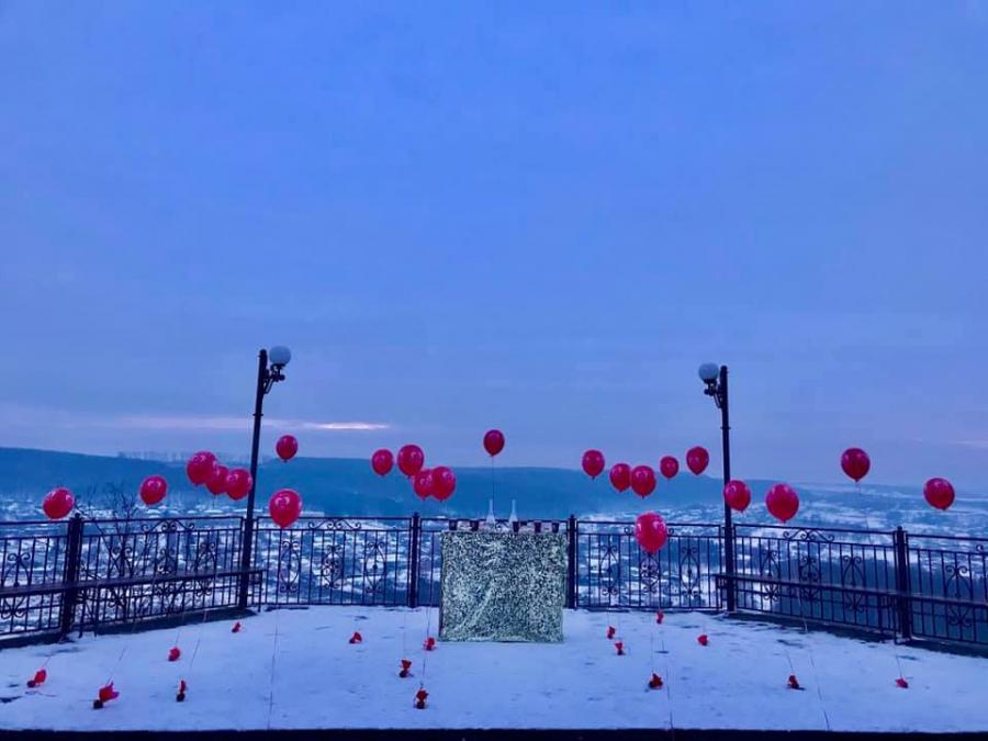 Зворушлива історія на Тернопільщині: юнак зробив пропозицію руки та серця під кульки та феєрверки (ФОТО)