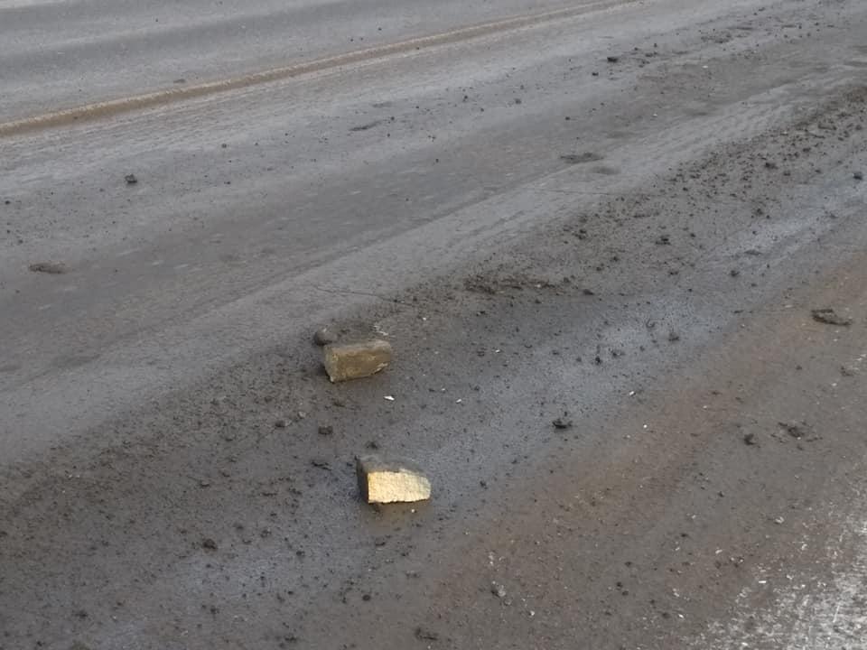 На Тернопіллі дороги посипають… камінням розміром з кулак. Водії обурені!