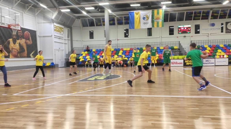 """Уболівальники БК """"Тернопіль"""" сьогодні тренувалися з зірками (фото)"""
